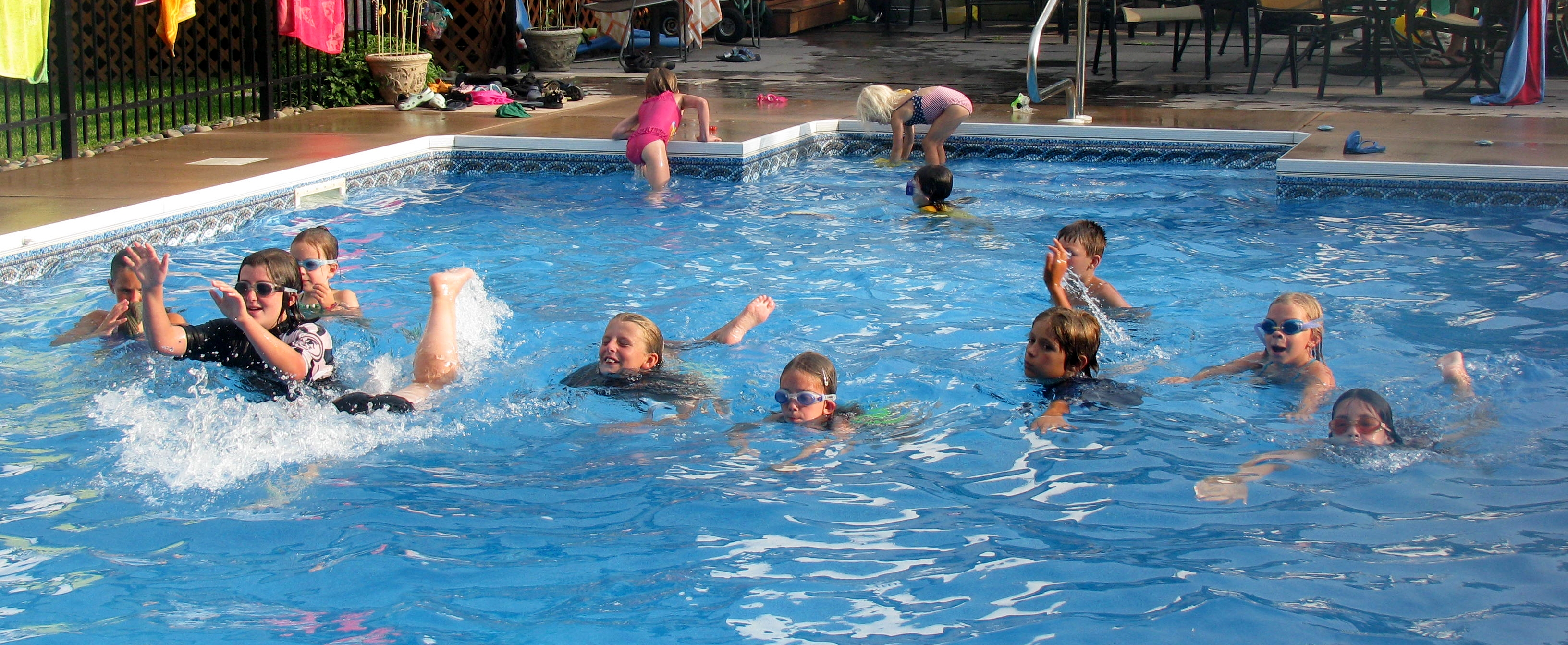 Public pool controversy in france three questions for Kids swimming pool